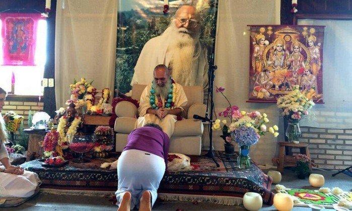 Resultado de imagem para Prem Baba ganhou projeção ao aparecer ao lado de celebridades e políticos, como Bruna Lombardi Foto: Reprodução